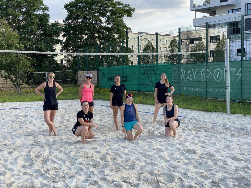 Volleyball-Damen des TSV Jahn trainieren auf der Beachanlage